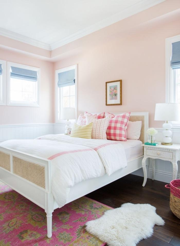 exemple de chambre aux murs en rose poudré peinture pastel, déco lit cocooning avec cadre bois blanc et coussins décoratifs
