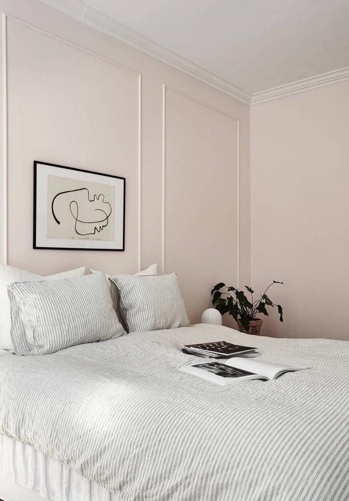 idée déco chambre adulte de style minimaliste, design intérieur style scandinave en couleurs neutres avec peinture rose pastel