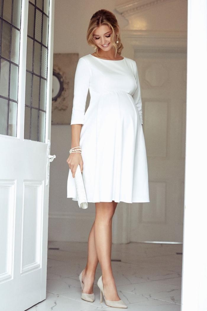 idée robe grossesse cérémonie mariage, modèle de robe blanche courte et fluide à manches longues avec chaussures ivoire