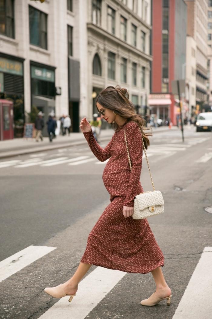 idée robe femme enceinte automne 2019, look femme grossesse en robe longue marron avec chaussures beige et sac à main blanc