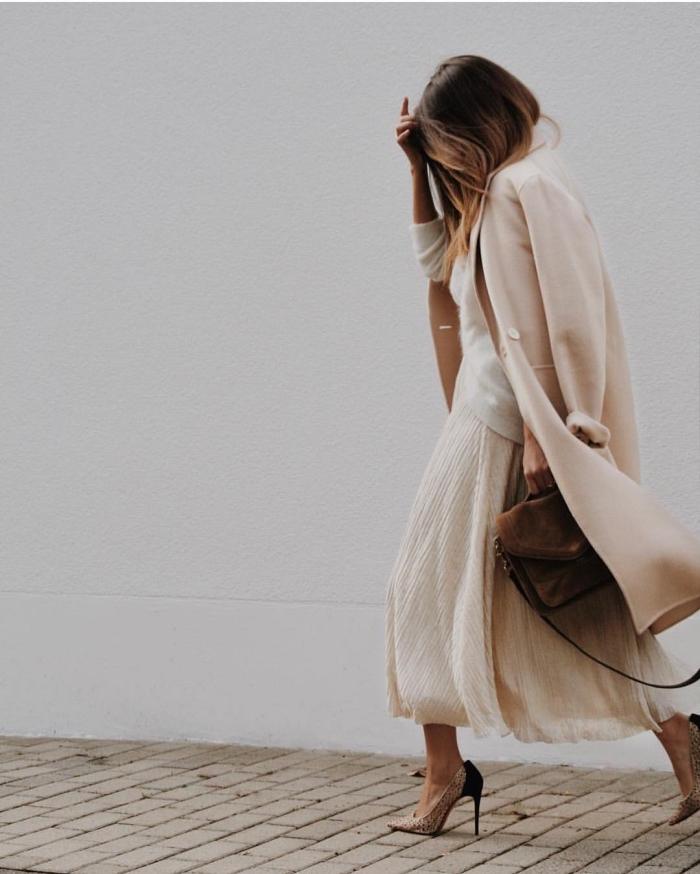 look femme stylé en vêtements couleurs nude, modèle de jupe midi beige combinée avec pull blanc et chaussures hautes