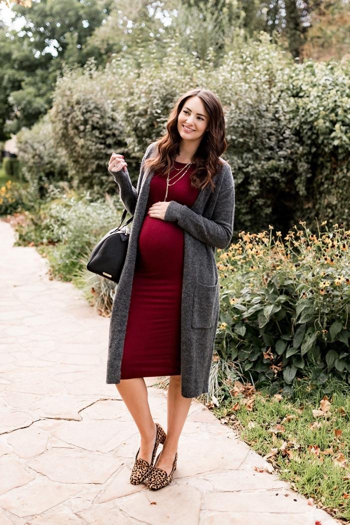 modèle de robe grossesse habillée, tenue femme grossesse en robe couleur bordeaux combinée avec gilet gris foncé