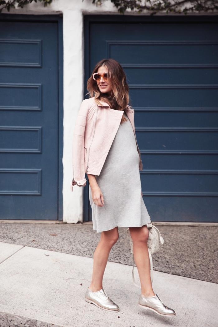 comment bien s'habiller quand on est enceinte, idée tenue femme grossesse en robe grossesse gris clair avec veste