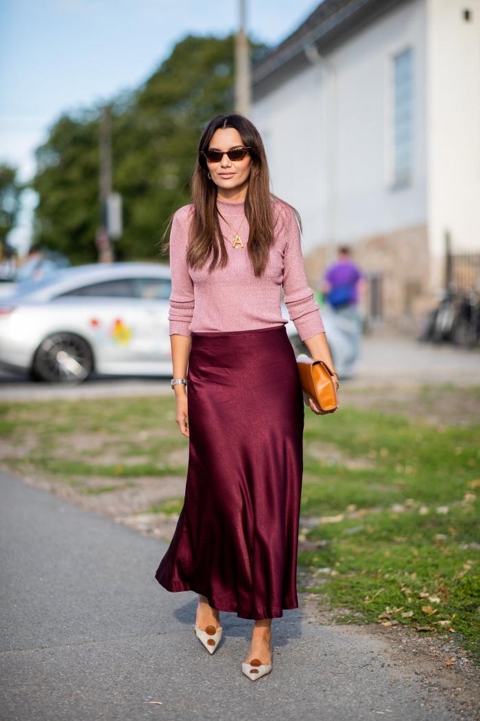 mode hiver style casual chic femme, tenue rouge et rose avec jupe longue fluide et pull-over, idée combinaison couleurs mode femme
