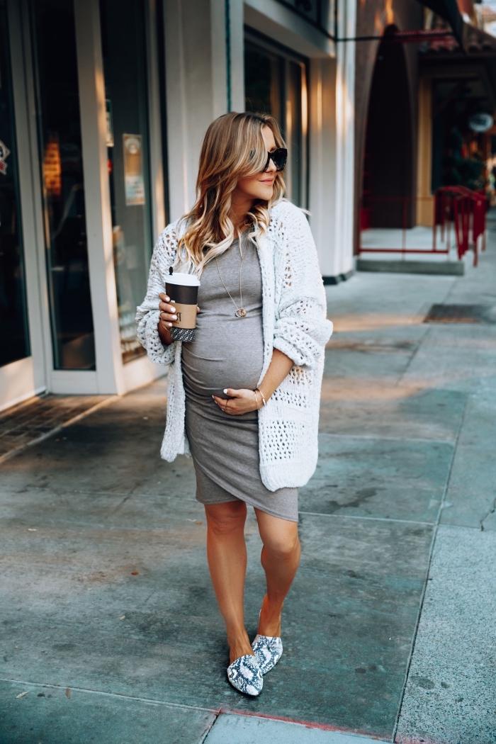 exemple de robe grossesse casual style en gris clair, look femme enceinte en robe mi longue coupe asymétrique