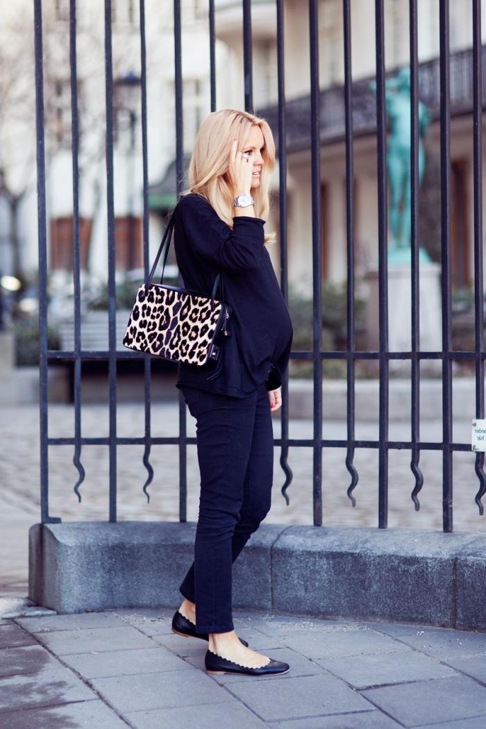 look total noir femme enceinte avec accessoire motifs léopard, idée vetement de grossesse, style casual chic femme enceinte