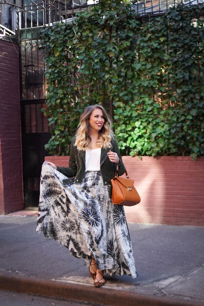 idée tenue chic femme en blanc et noir, imprimés tendance mode femme hiver, modèle de jupe longue et fluide