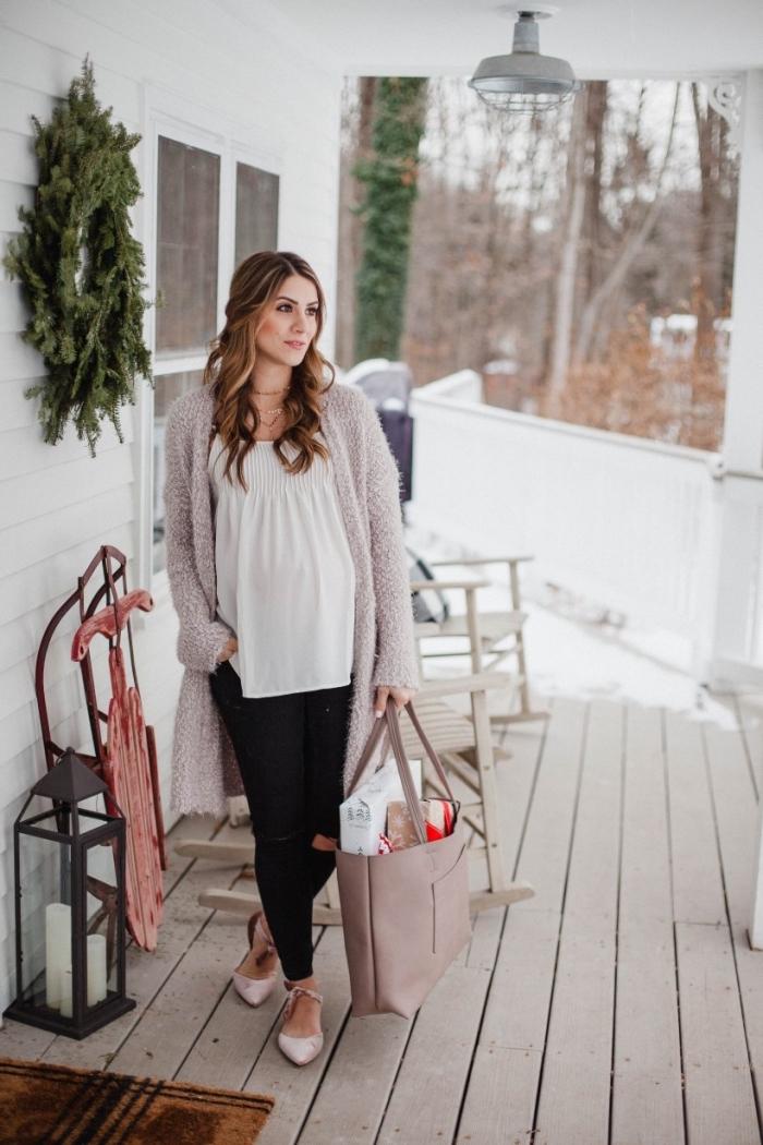mode femme enceinte hiver 2019, look femme grossesse en pantalon grossesse noir avec blouse loose blanche