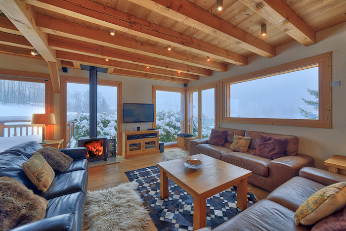 Déco style scandinave blanc et bois, chalet moderne, petit chalet en bois, chambre chalet, canapés en cuir