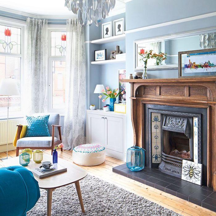 peinture interieur bleu pastel pour les murs, amenager un salon campagne cocooning, cheminée bois, tapis gris, mobilier scandinave