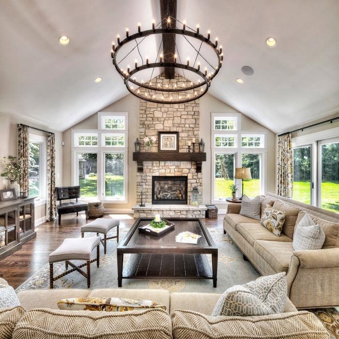 design salon blanc et beige avec accents en bois et métal, aménagement salon avec cheminée, idée toit cathédrale à deux pentes