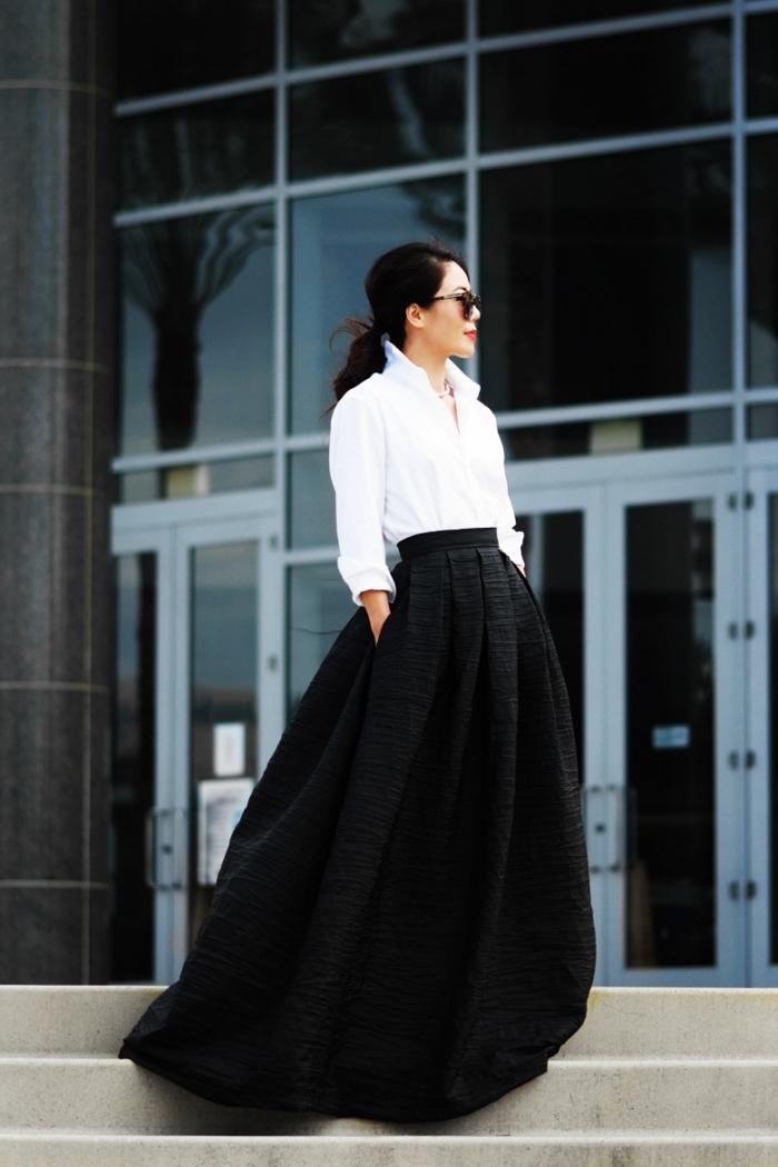 idée tenue chic femme en blanc et noir, comment porter une jupe longue noire taille haute avec chemise blanche