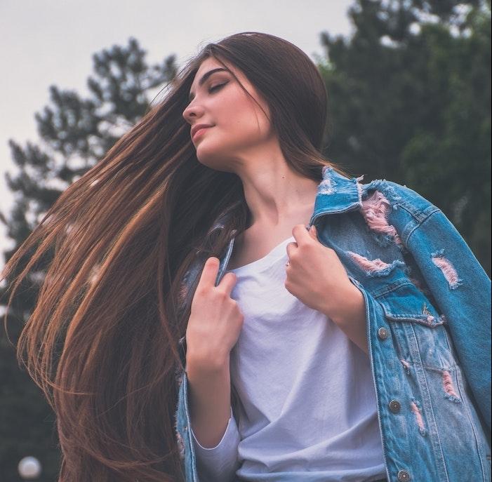 cheveux longs et lisses de couleur chatain clair, idee de coupe de cheveux long femme originale