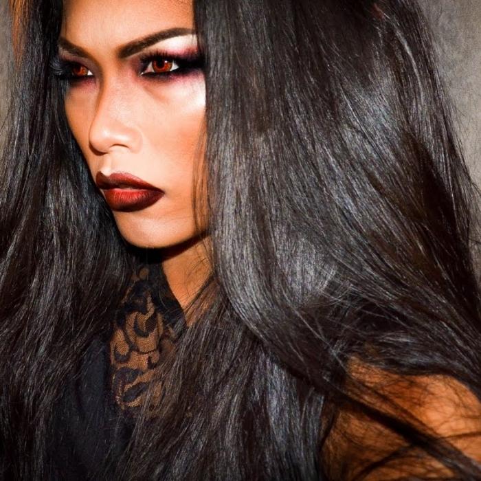 exemple comment bien se maquiller pour halloween en vampire femme, idée maquillage vampire femme avec lentilles à couleur rouge