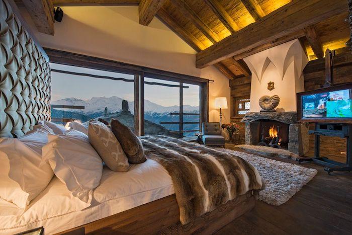 Lit géant tapis shaggy, grande fenetre avec belle vue, decoration bois, chambre chalet deco rustique