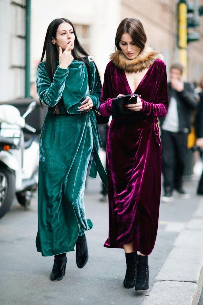 Deux amies bien habillées en robes longues en velours, robe longue manche longue, mode automne hiver 2020