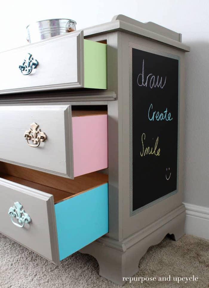 Ardoise sur la côlé, placard pour chambre d'enfant coloré, relooking meuble avant après, peindre un meuble en bois