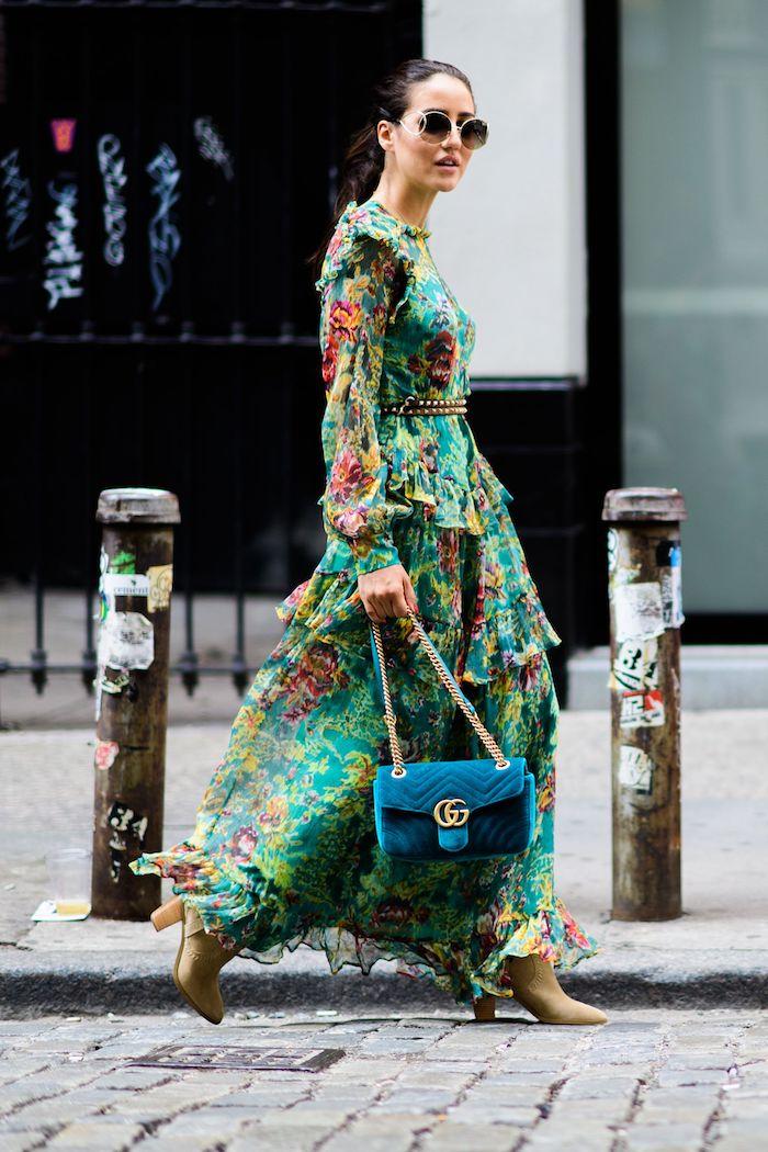 Verte robe fleurie longue d'hiver, inspiration tenue femme chic, idée comment porter une robe longue manche longue, sac à main chic