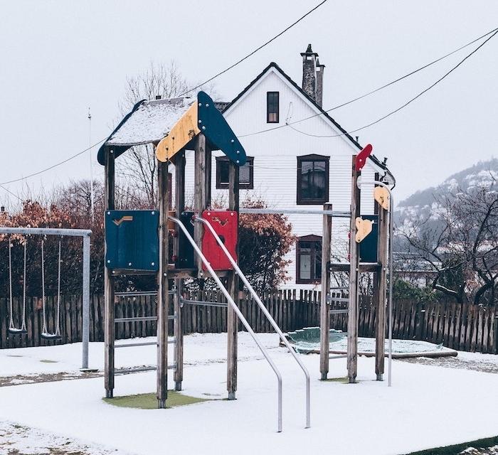 idee pour amenagement aire de jeux en plein air pour enfant dans le jardin avec toboggan, balançoires