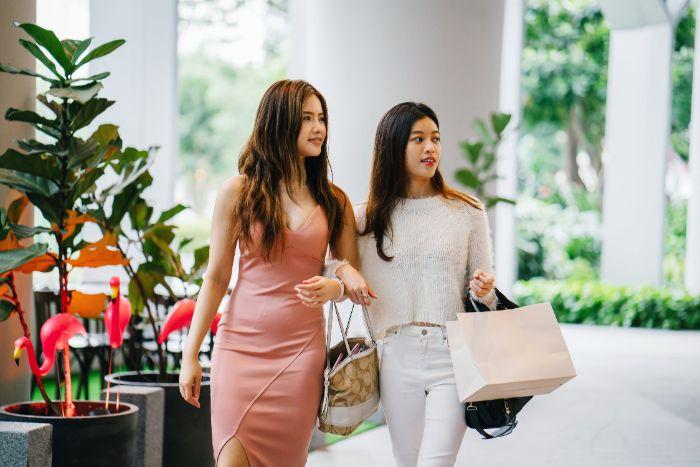 deux femme qui font les courses, femme avec une rope rose pale, denim blanc et pull blanc