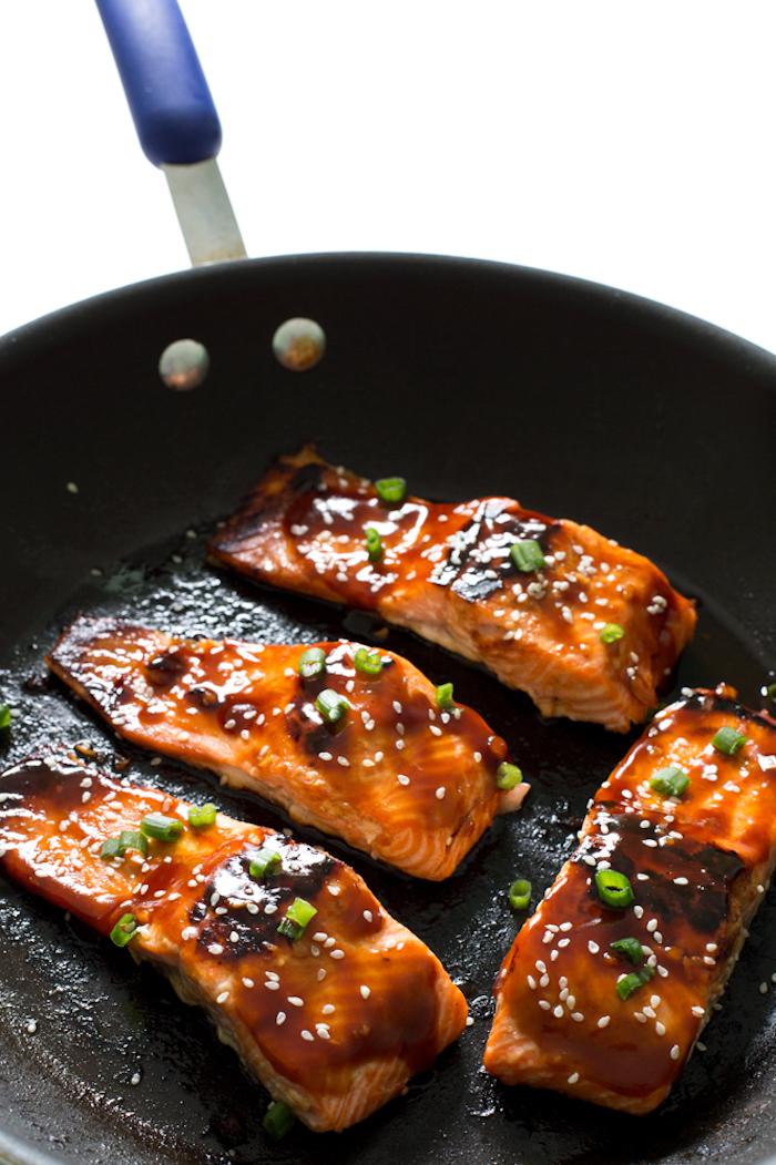 recette de saumon glacé de sauce siriracha et miel, idée repas du soir gain de temps