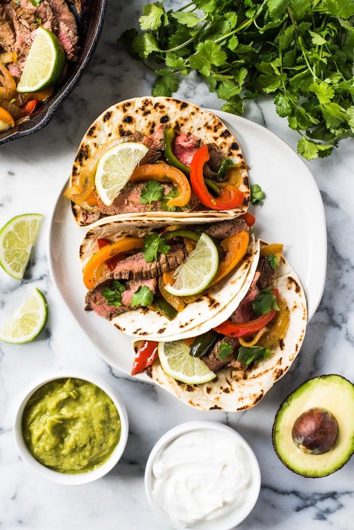 idée tacos maison simples à faire soi meme avec viande de porc fajitas recette, poivrons et oignons cuits dans tortilla
