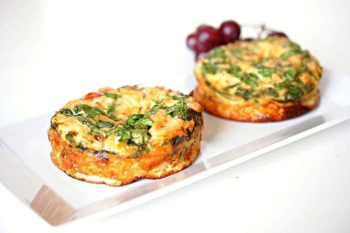 recette de mini quiche sans pate au saumon fumé et aux légumes, mini-frittatas pour le petit-déjeuner