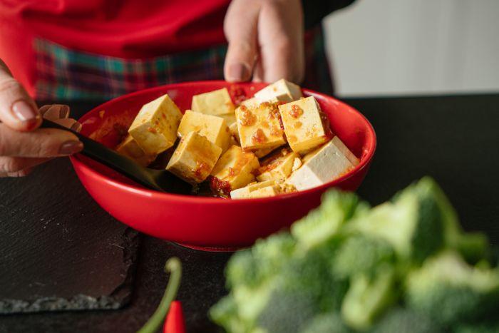 mariner tofu dans de chili, sauce de soja, jus de citron, idee de recette avec tofu soyeux, que manger ce soir rapide