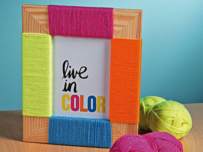 deco cadre photo en bois clair avec de la corde de couleurs différentes, idées pour customiser ses cadres photos