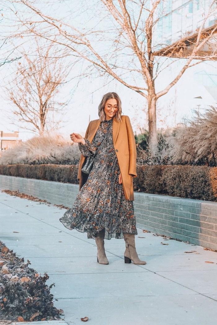 Manteau camel femme, robe longue chic et bottes hautes, comment être une femme bien habillée en hiver, femme coiffure carrée, lunettes de lecture
