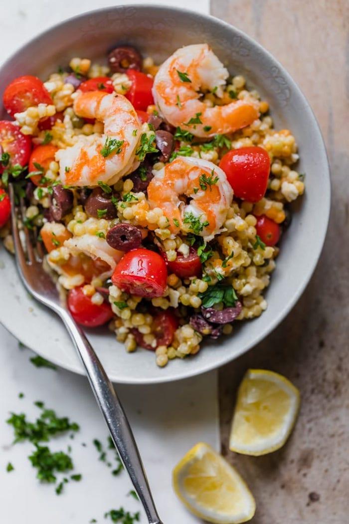 idee repas soir oriental au couscous avec légumes, tomates cerise, crevettes et herbes fraiches
