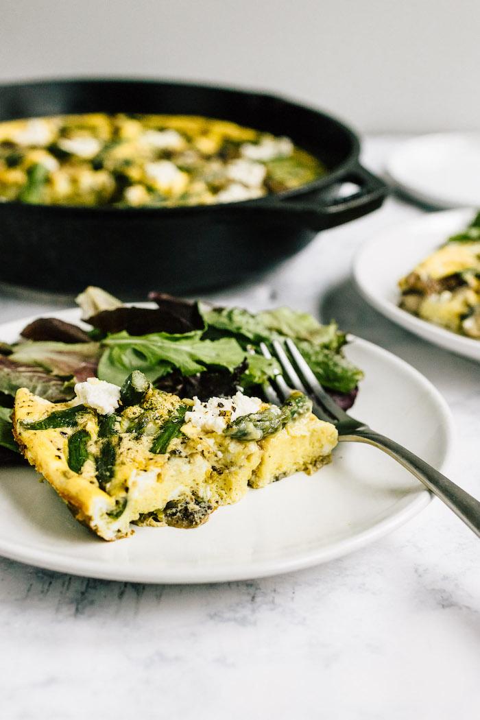 comment faire une frittata maison aux asperges, oeufs, épinards et fromages, repas du soir simple sans viande
