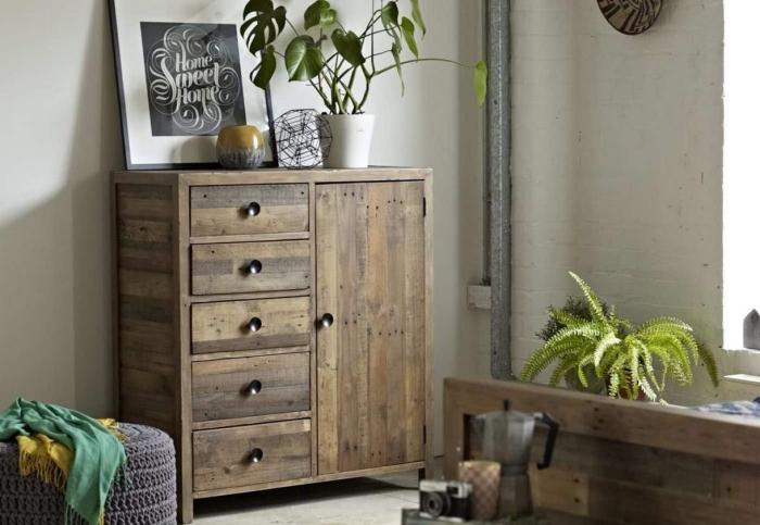 décoration chambre à coucher blanc et bois avec accents gris, déco style rustique avec meubles en bois reyclé