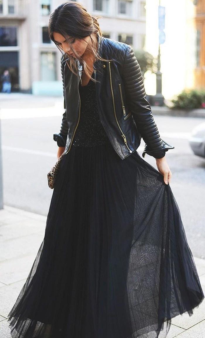 Stylée femme bien habillée, robe longue moulante noire, comment bien s'habiller en hiver, veste moto et robe fluide