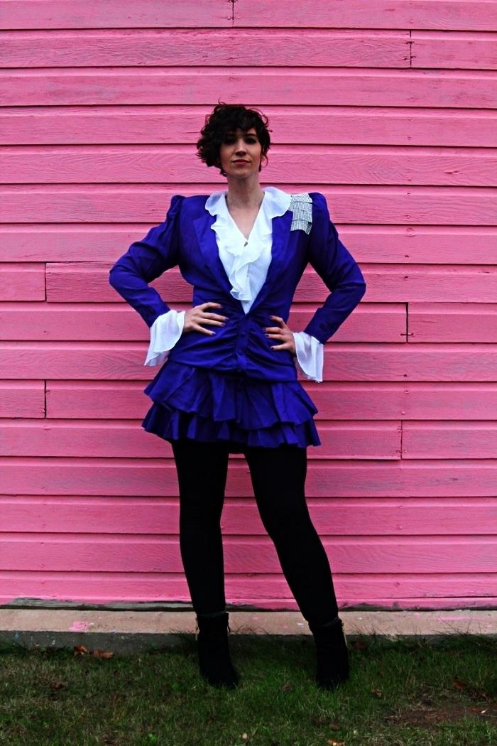costume année 80 composée de veste, chemise blanche avec froufrous, jupe à volants violette et legging noir