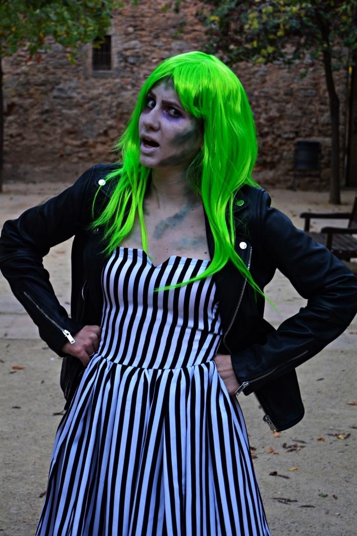 costume année 80 inspiré du film beetlejuice pour une soirée déguisée, déguisement beetlejuice composé d'une robe rayée et d'une perruque vert fluo