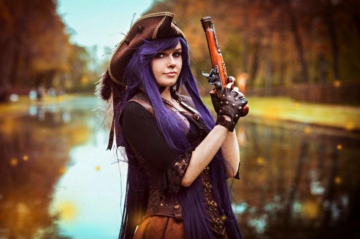 déguisement pirate femme complet avec chapeau à plumes, costume de pirate femme authentique