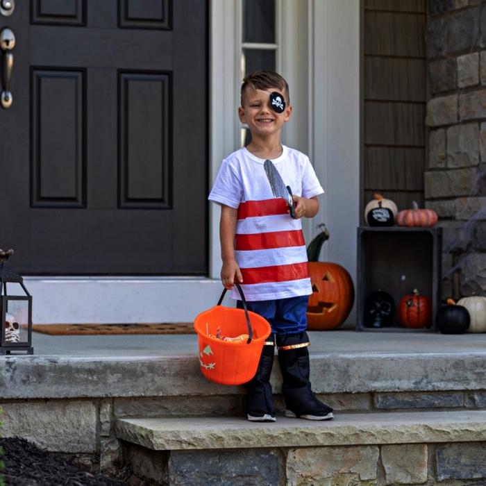 deguisement pirate enfant de dernière minute, déguisement de pirate pour garçon à faire soi-même, costume pirate avec bottes noires, t-shirt rayé et cache-oeil