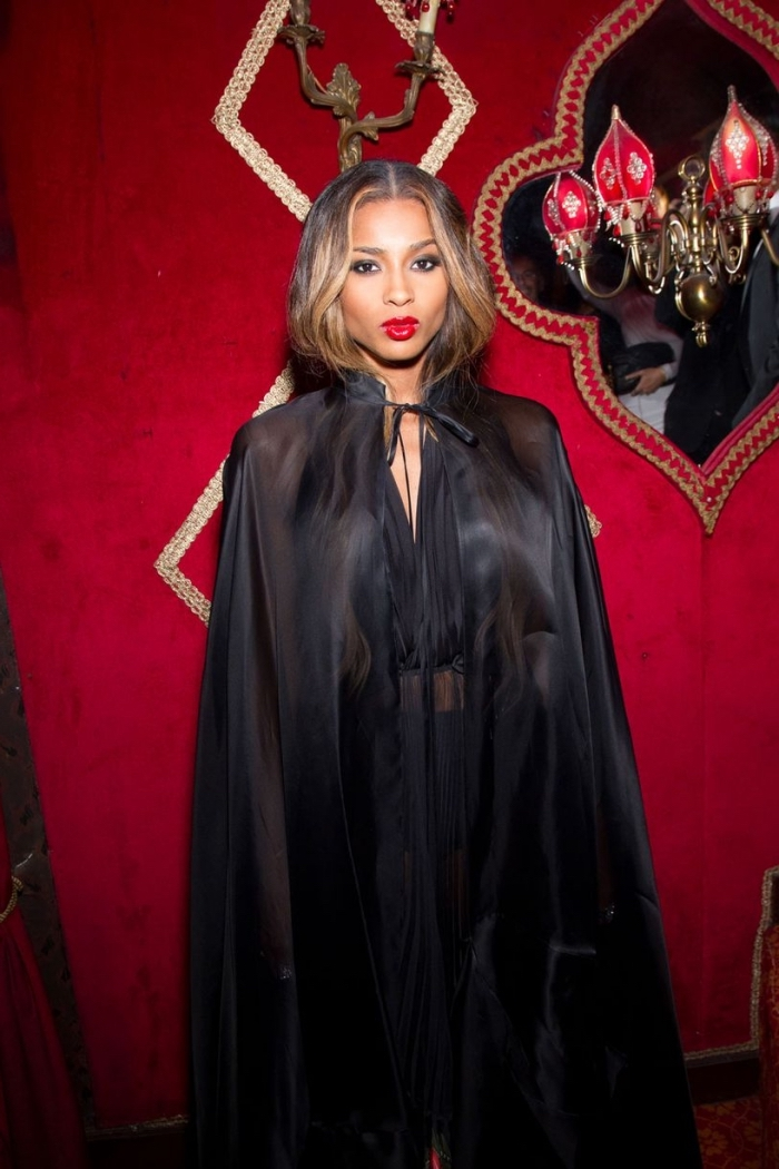 comment s'habiller comme vampire femme, idée maquillage halloween facile avec yeux smoky et bouche rouge