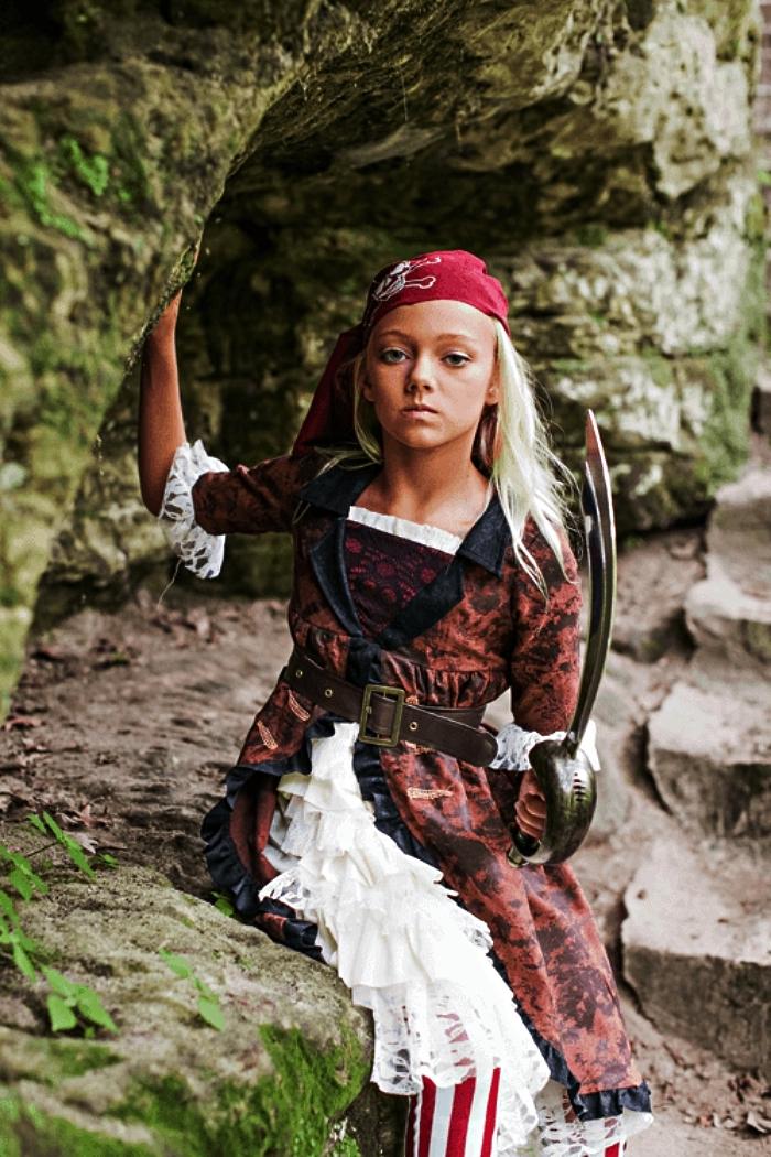 costume de pirate authentique pour fille qui comprend une robe, un bandana, une ceinture et une épée