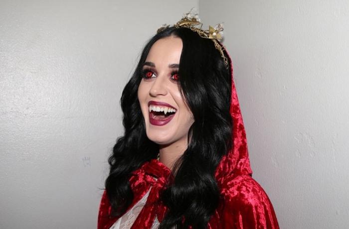 idée maquillage halloween vampire facile, déguisement femme pour Halloween avec cape rouge et robe blanche