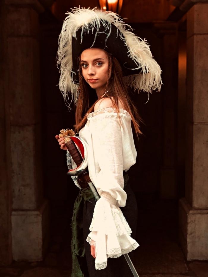 déguisement pirate femme complet qui comprend une chemise aux épaules dénudées, une épée et un chapeau de plumes