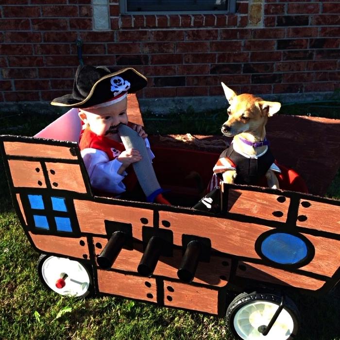 deguisement pirate enfant et bateau de pirate en carton, costume de pirate pour enfant à faire soi-même