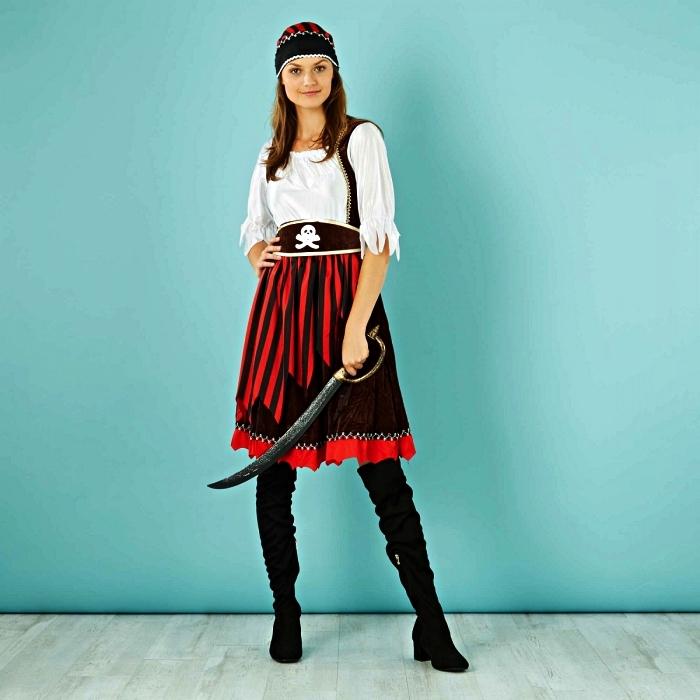 costume de pirate femme qui comprent des bottes cavalières, une chemise blanche, une jupe et une ceinture à tête de mort