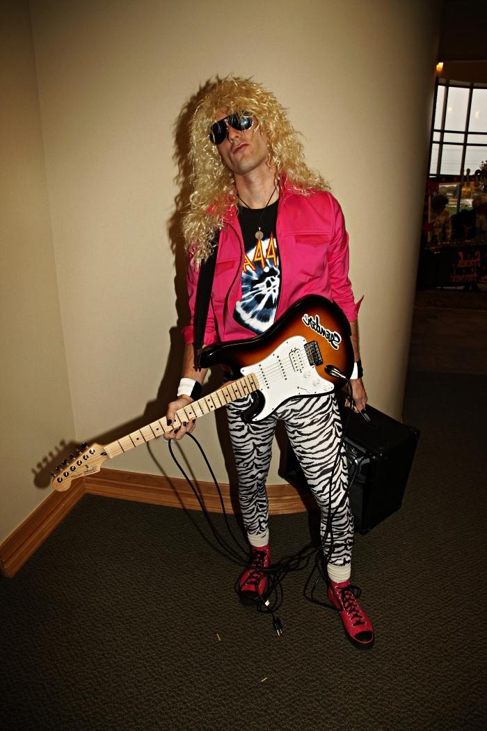 deguisement rock pour homme composé de pantalon imprimé zèbre, t-shirt de rocker et veste rose fluo