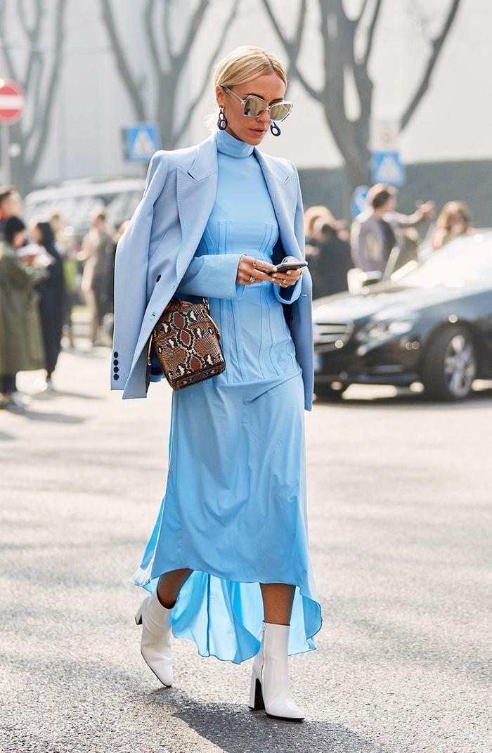 Inspiration tenue moderne, robe bleue manche longue, idée robe longue d'hiver, veste bleu claire et robe manche longe col roulé