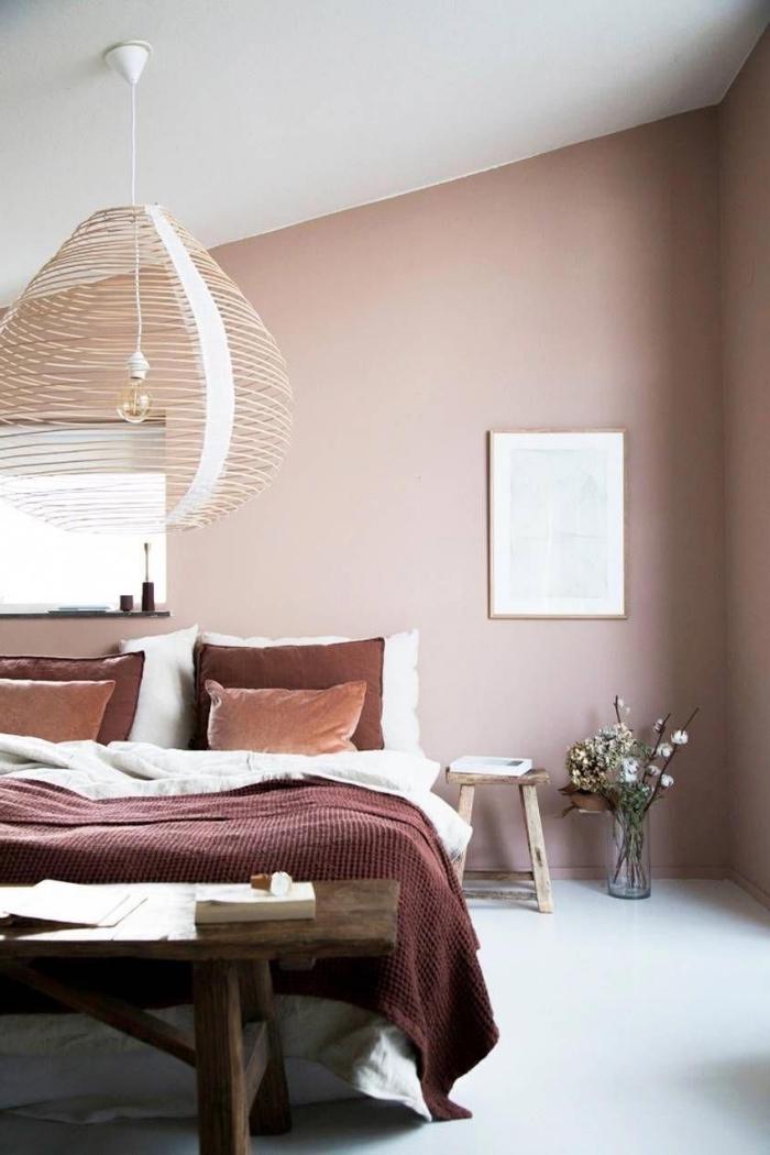 idée décoration sous pente dans une chambre moderne et cozy, deco rose poudré avec peinture murale rose pale