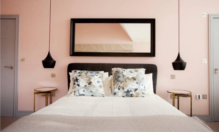 exemple de pièce aux murs de nuance rose pale, comment décorer une petite chambre en gris et rose avec accents noir mat