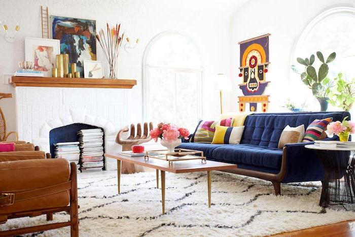 décoration peinture salon en blanc immaculé avec cheminée décorative canapé bleu roi, table elegante, fauteuil cuire marron, deco artistique salon boheme