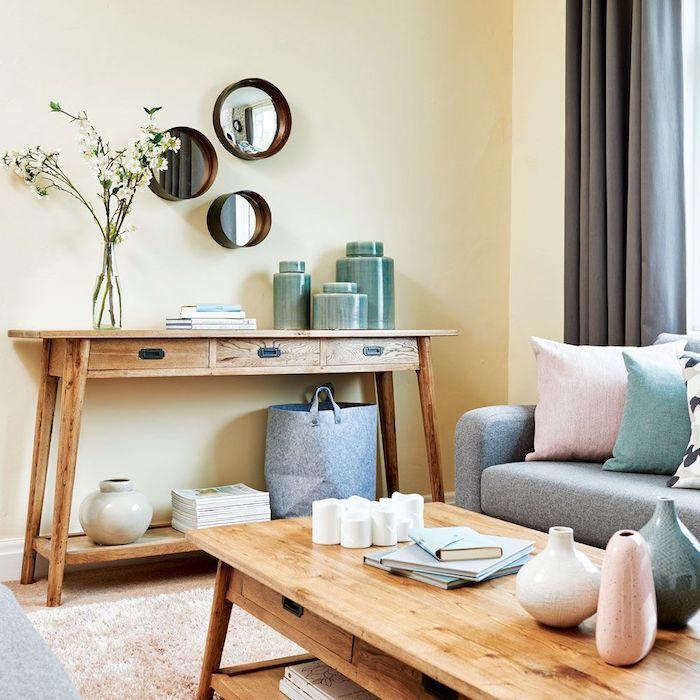 couleur peinture salon moderne, jaune clair pour les murs, table et table de service decorative bois, canapé gris, salon bois et neutres